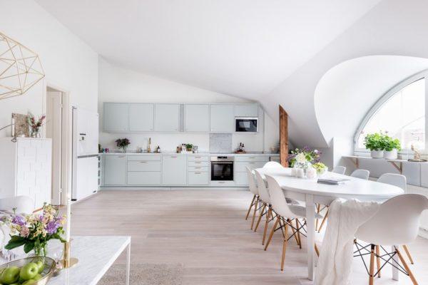 Skandynawskie mieszkanie, biel, pastele, marmur, złoto i drewno