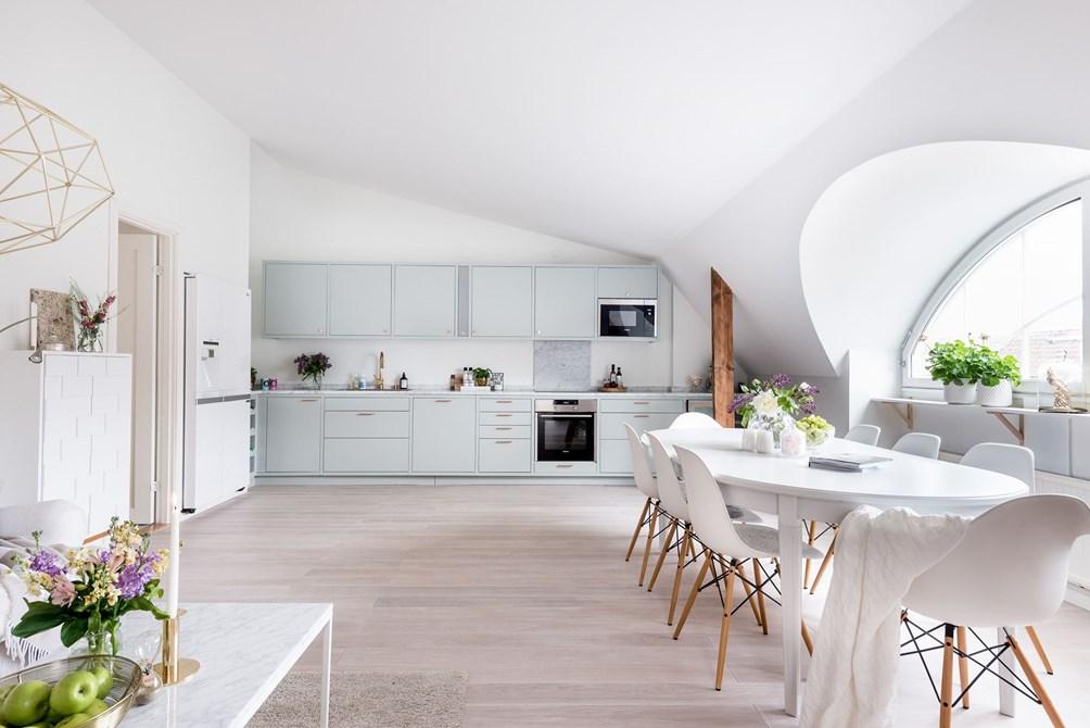 Skandynawskie mieszkanie, biel, marmur, złoto i drewno